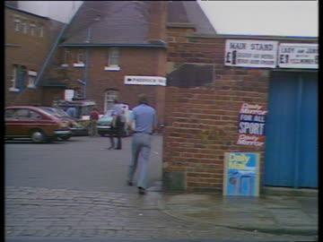 vídeos y material grabado en eventos de stock de pan right across graffiti protesting 'g davis is innocent' on wall outside leeds cricket ground, third test match between england and australia... - leeds