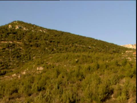 vídeos de stock, filmes e b-roll de pan right across green trees to st victoire mountain under blue sky aix en provence - aix en provence