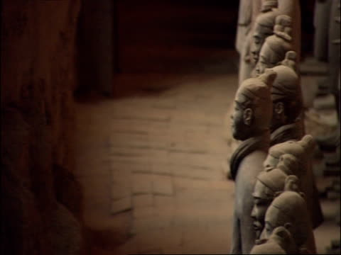 pan right across rows of terracotta warriors, museum of qin, xian, china - terrakotta armee stock-videos und b-roll-filmmaterial