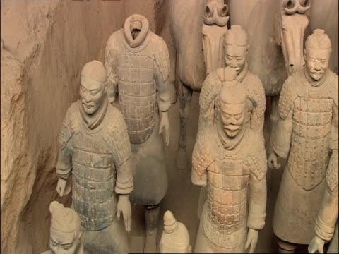 pan right across terracotta warriors and horses, museum of qin, xian, china - terrakotta armee stock-videos und b-roll-filmmaterial