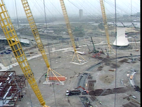 stockvideo's en b-roll-footage met pan right across the construction site of the millennium dome london february 1998 - the o2 londen
