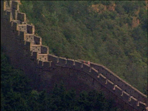 pan right along great wall of china - chinesische mauer stock-videos und b-roll-filmmaterial