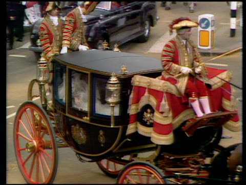 pan right and zoom in as horse drawn carriage arrives at st paul's cathedral with lady diana and earl spencer inside wedding dress partly visible... - cocchio video stock e b–roll