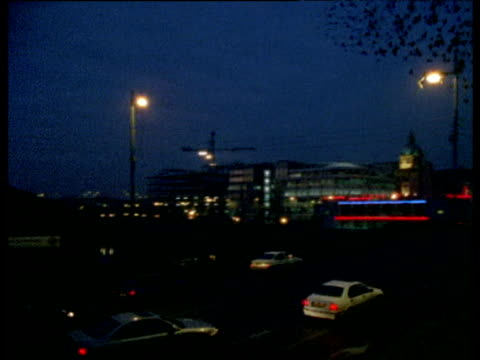 pan right as flock of starlings come in to roost under bridge at twilight, glasgow - スコットランド グラスゴー点の映像素材/bロール