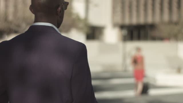 stockvideo's en b-roll-footage met pan right, businesswoman walks to work - scherpte verlegging