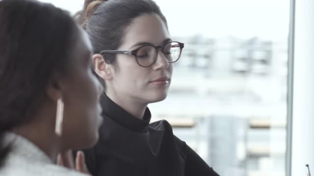 vidéos et rushes de pan right, businesswomen talk in meeting - 40 44 ans