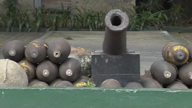 vídeos de stock, filmes e b-roll de pan right cannon with cannon balls fort santiago manila phillipines - coluna de calcário marítimo