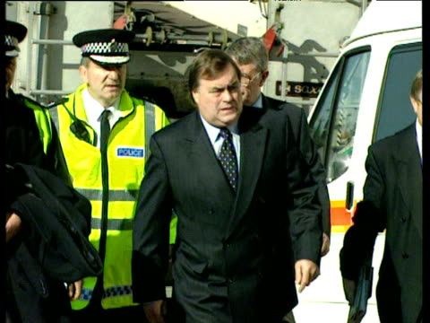 pan right following john prescott deputy prime minister and secretary of state for environment transport and the regions visiting scene of paddington... - ジョン プレスコット点の映像素材/bロール