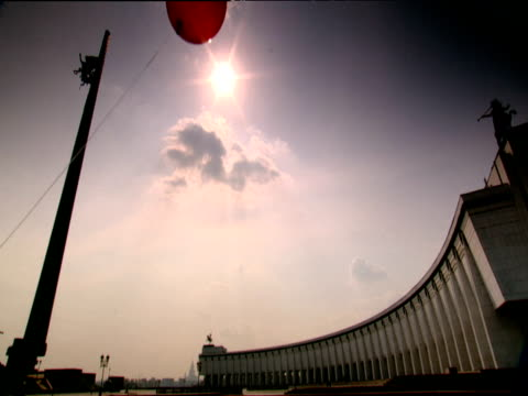 pan right from red balloon blowing in front of moscow war memorial - 戦争記念碑点の映像素材/bロール
