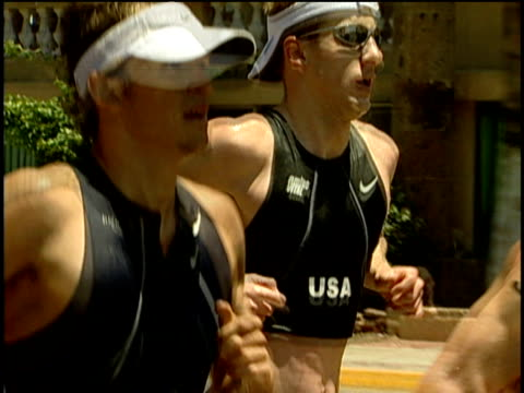 vídeos de stock, filmes e b-roll de pan right from simon whitfield and hunter kemper to sebastian dehmer and dmitriy gaag running in itu 2004 world cup mazatlan mexico - estilo dos anos 2000