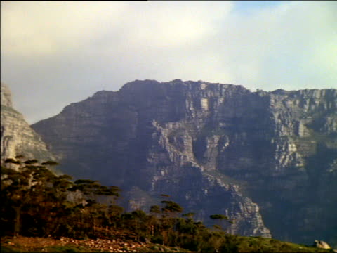pan right from table mountain to twelve apostles mountains, south africa - felswand stock-videos und b-roll-filmmaterial