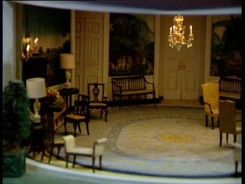 vidéos et rushes de pan right in dolls' house version of white house diplomatic reception room - prise de vue en intérieur