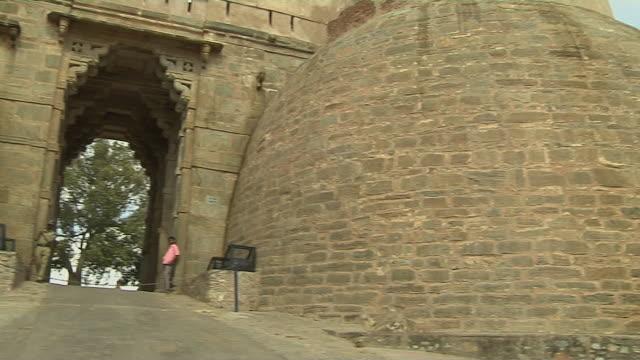 pan right kumbhalgarh fort rajsamand rajasthan - fortress stock videos & royalty-free footage
