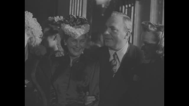 pan right nadia petrova , william eythe, reginald gardiner, martha scott, mr and mrs pat o'brien, kim hunter / dorothy malone and deborah kerr /... - claridge's stock videos & royalty-free footage