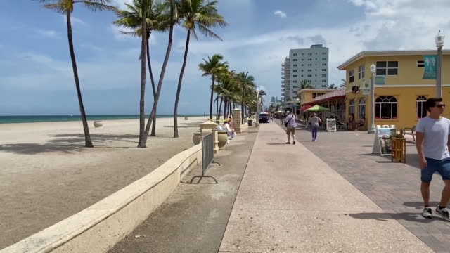 pan right of sign requiring face masks in front of closed hollywood beach in florida for 4th of july. - hollywood florida stock videos & royalty-free footage