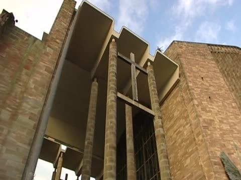 pan right over coventry cathedral - cattedrale video stock e b–roll