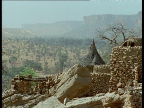 pan right over dogon village, mali - tetto di paglia video stock e b–roll