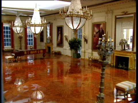 vidéos et rushes de pan right over dolls' house version of white house state dining room - prise de vue en intérieur