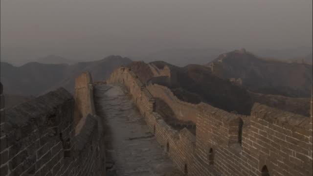 vídeos y material grabado en eventos de stock de pan right over great wall of china at badaling, beijing. - badaling