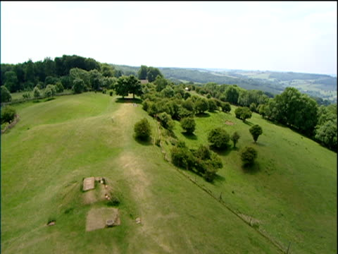 vídeos y material grabado en eventos de stock de pan right over green fields and trees in cotswolds hills - cotswolds