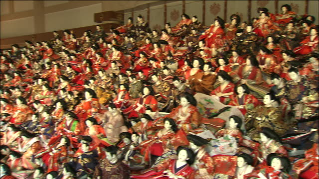 vídeos y material grabado en eventos de stock de pan right over huge pile of dolls gathered in preparation for annual festival at awashima shrine, wakayama - figura femenina
