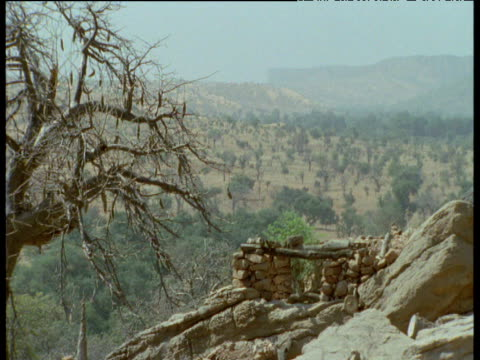 pan right over huts in dogon village, mali - strohdach stock-videos und b-roll-filmmaterial