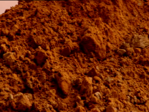 vídeos y material grabado en eventos de stock de pan right over mound of earth to out of focus pyramid building russia - célula humana
