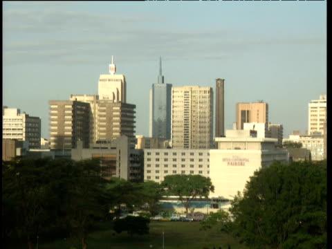 pan right over nairobi skyline - ナイロビ点の映像素材/bロール