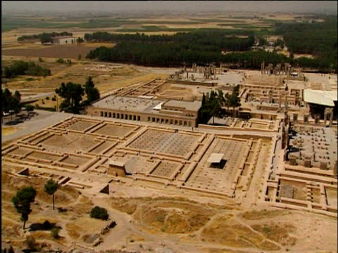 pan right over ruins of persepolis - persiana caratteristica architettonica video stock e b–roll