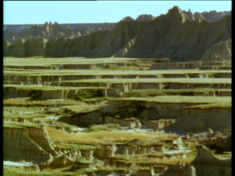 pan right over stepped plains of south dakota badlands - バッドランズ国立公園点の映像素材/bロール