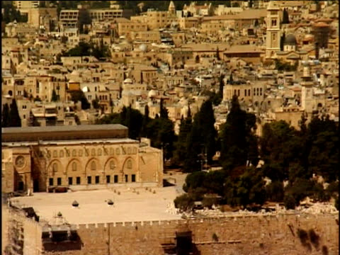 pan right over temple mount site to dome of the rock jerusalem - gerusalemme est video stock e b–roll