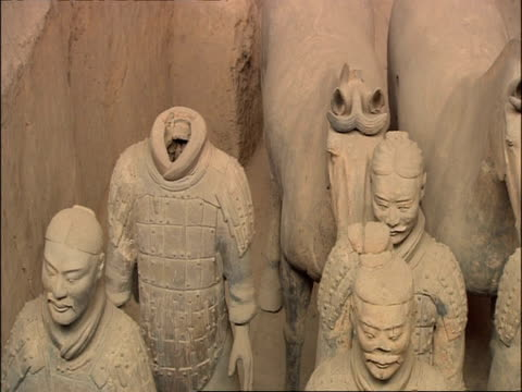 pan right over terracotta warriors and horses, high angle, museum of qin, xian, china - terrakotta armee stock-videos und b-roll-filmmaterial