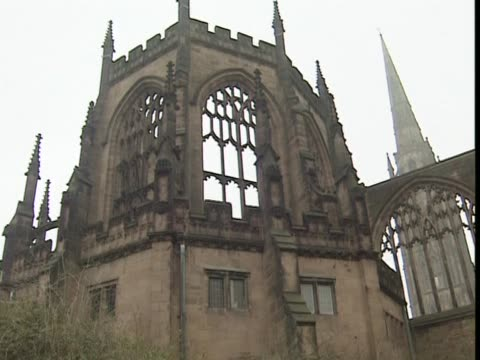 pan right over the coventry cathedral - コベントリー点の映像素材/bロール