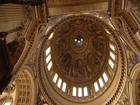 vídeos de stock, filmes e b-roll de pan right over the interior of the dome of st paul's cathedral london - anglicano