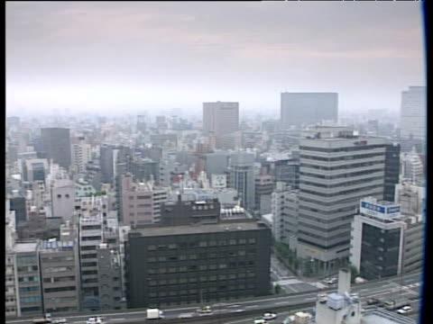 vídeos de stock e filmes b-roll de pan right over tokyo skyline - 1995