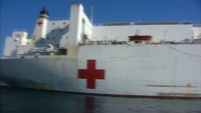 vídeos de stock e filmes b-roll de pan right past us naval medical ship haiti 22 january 2010 - hispaniola