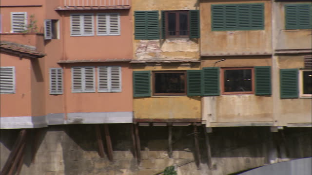 pan right shops on the ponte vecchio - ponte点の映像素材/bロール