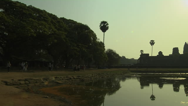 pan right shot angkor wat with sun siem reap cambodia - 史跡めぐり点の映像素材/bロール