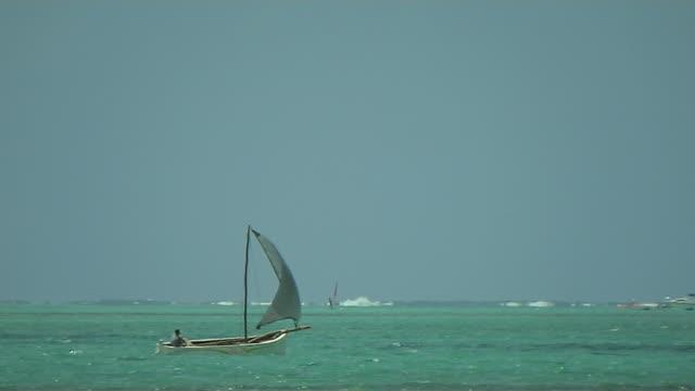 vídeos de stock, filmes e b-roll de pan right shot boat mahebourg mauritius - ilhas mascarene