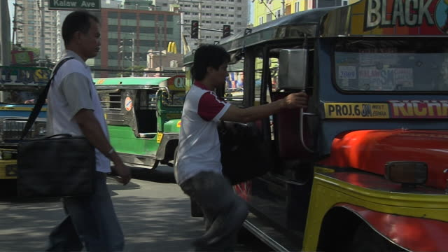 vidéos et rushes de pan right shot jeeps entering manila metro manila philippines  - tout terrain urbain