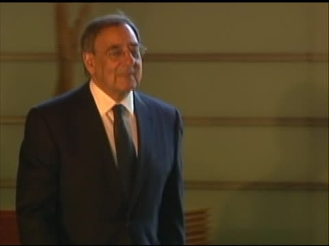 pan right shot of leon panetta arriving for a meeting with japanese prime minster yoshihiko noda. this meeting took place in tokyo during panetta's... - united states and (politics or government)点の映像素材/bロール