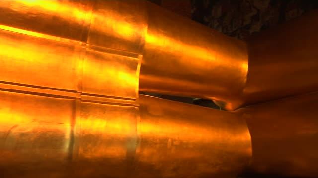 vídeos de stock e filmes b-roll de pan right shot reclining buddha bangkok thailand - encostado