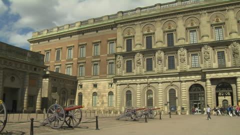 pan right shot royal palace stockholm sodermanland sweden - palace 個影片檔及 b 捲影像
