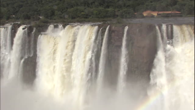 pan right to ranger on observation platform overlooking devil's throat section of iguazu falls, border of brazil and argentina - devil's throat stock videos and b-roll footage