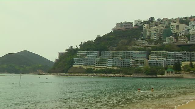 pan right to shore and buildings - cabina del guardaspiaggia video stock e b–roll