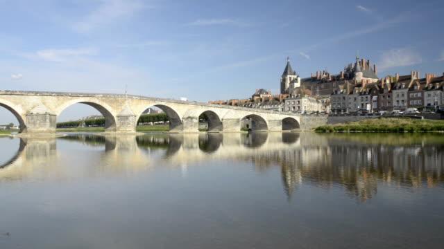 vidéos et rushes de pan shot of bridge and castle of gien along the loire river - panning