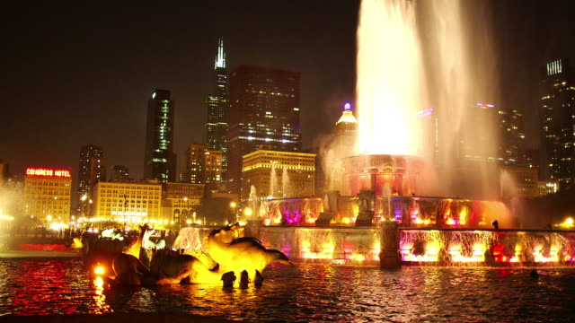 pan shot of buckingham fountain with skyline views - buckingham fountain stock videos & royalty-free footage