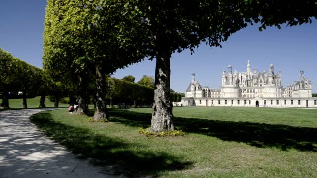vidéos et rushes de pan shot of chateau de chambord - château