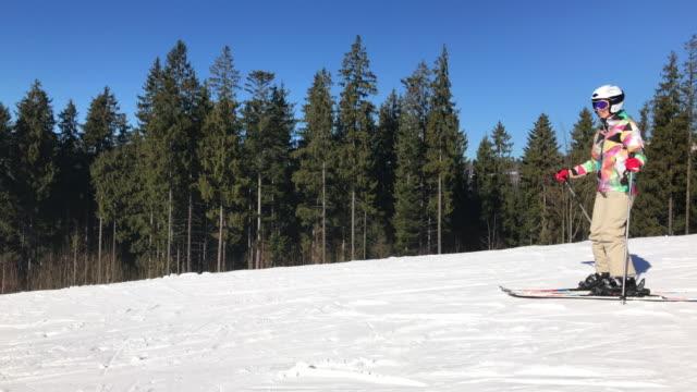 vídeos y material grabado en eventos de stock de panamericana de esquí femenino abajo la pista de esquí y hace una parada - accesorio de cabeza