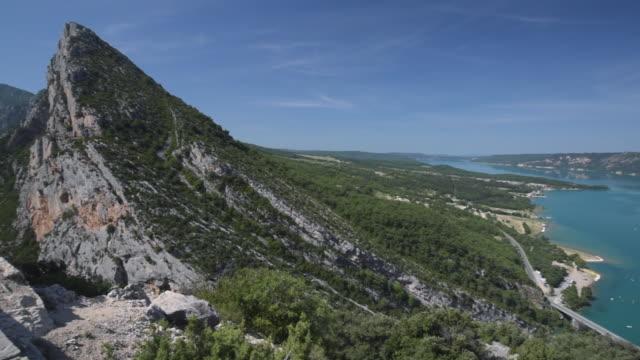 pan shot of lac de sainte-croix - var bildbanksvideor och videomaterial från bakom kulisserna